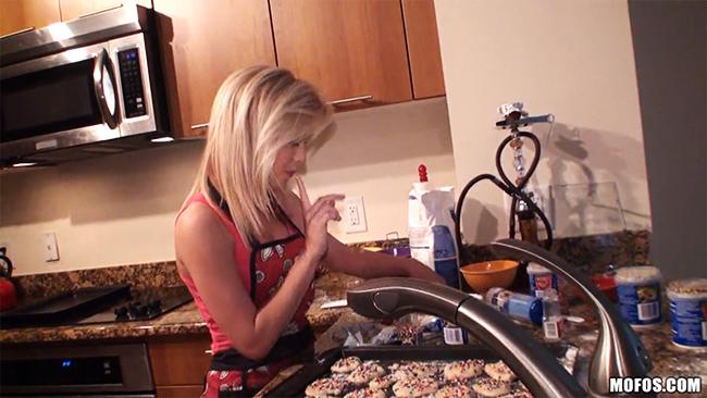 [Mofos] Домохозяйку на кухне