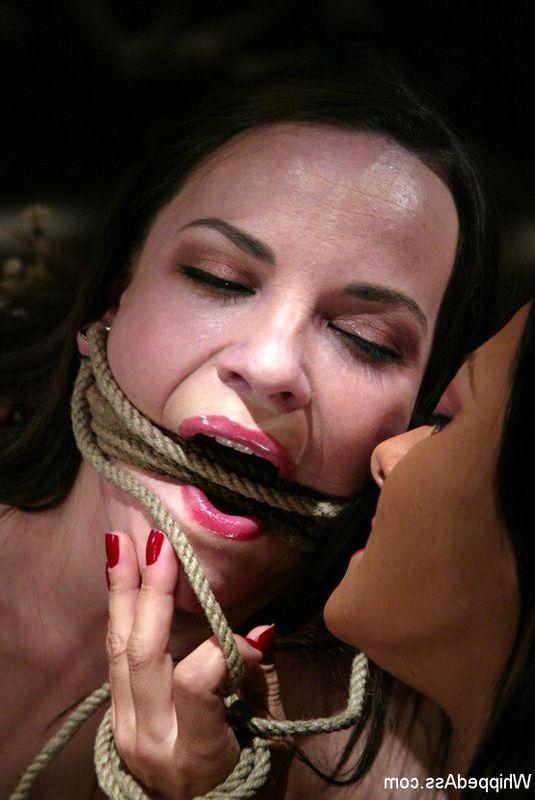 Фото - Госпожа мучает и порет рабыню