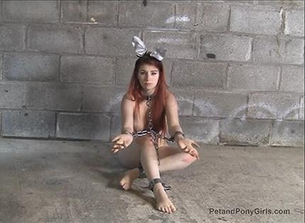 Пони-девушка в кандалах