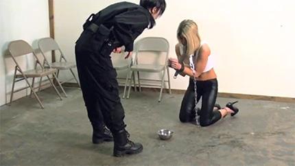 Охранница заковала грудастую блондинку в наручники