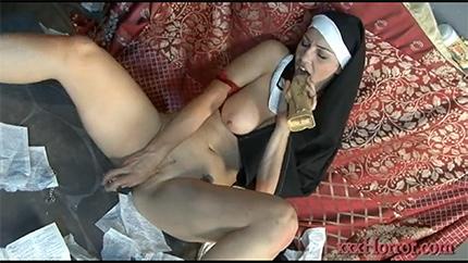 Развратная монашка доводит себя до оргазма