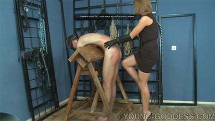 Русская госпожа избила по жопе своего привязанного раба