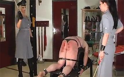 Две молоденькие госпожи порят пленного до крови