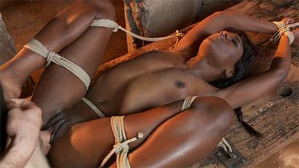 Бондаж на стройке с темнокожей красавицей