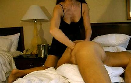 Жена растягивает анус своему мужу